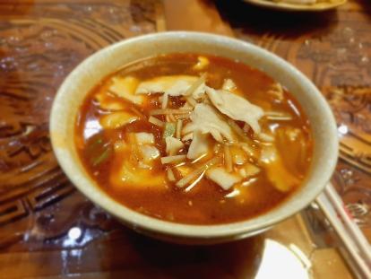 刀削麺のようなピリ辛麺。